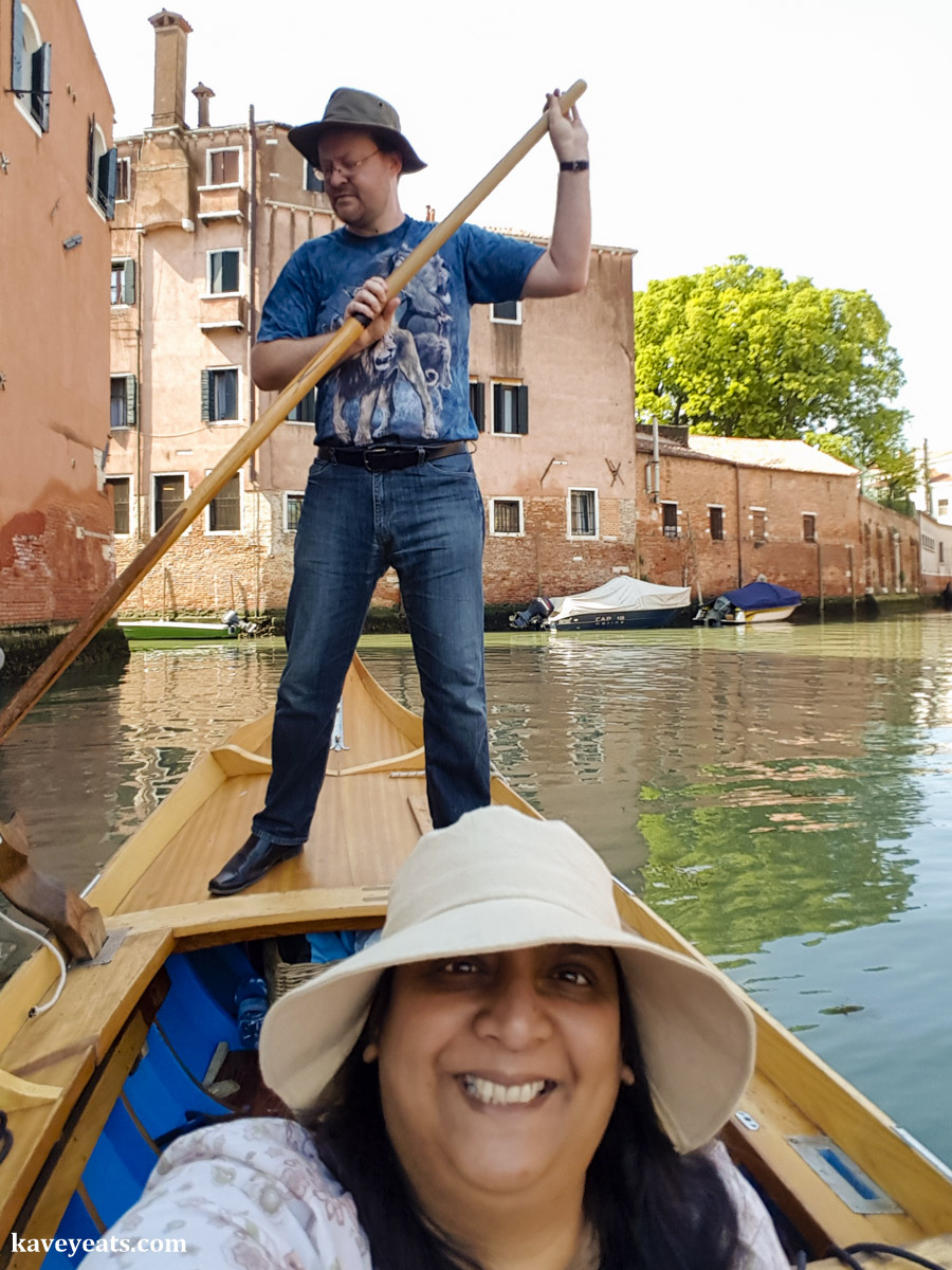 Tourists taking a rowing lesson with Row Venice